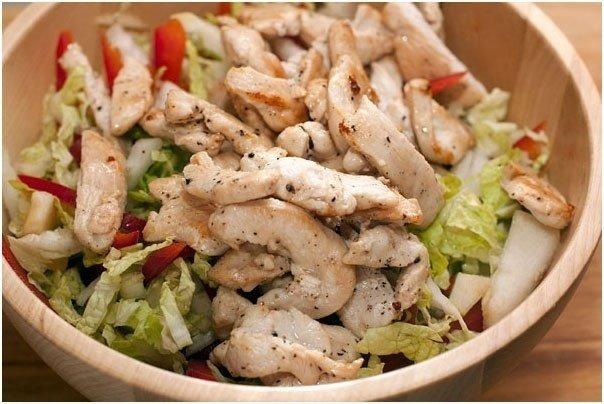 Салат с пекинской капустой, курицей и кальмарами